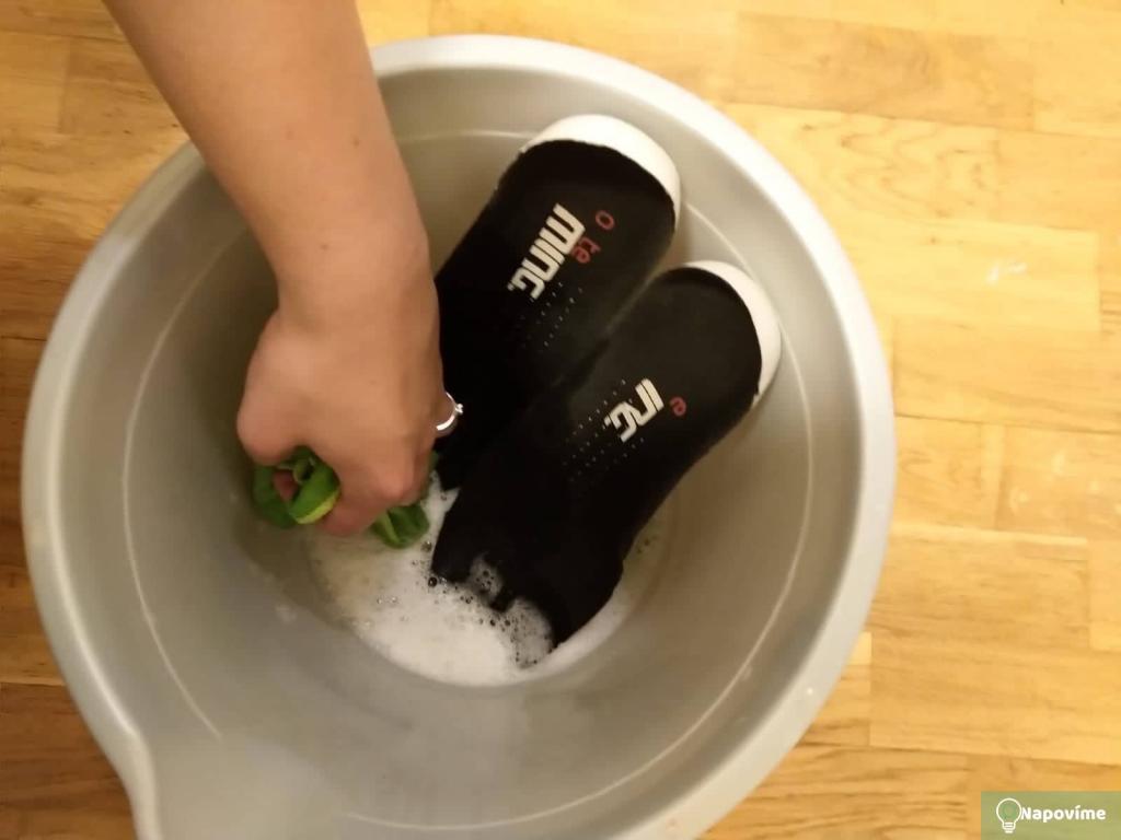 Čistění bot v kyblíku