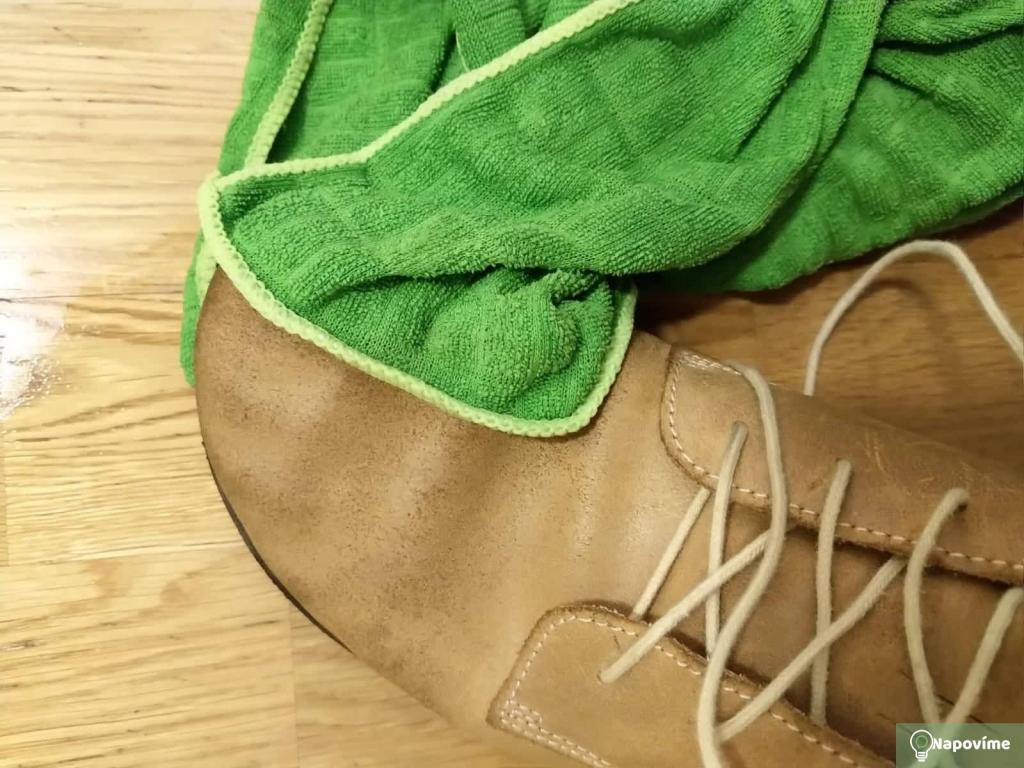 Čištění kožených bot hadříkem