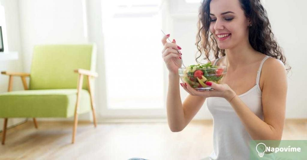 Žena jí salád
