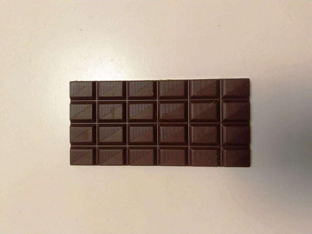 Tabulka čokolády na stole