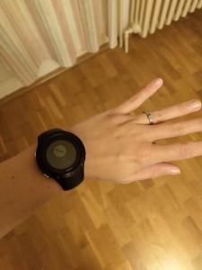 Sportovní tracker ve formě hodinek na ruce.