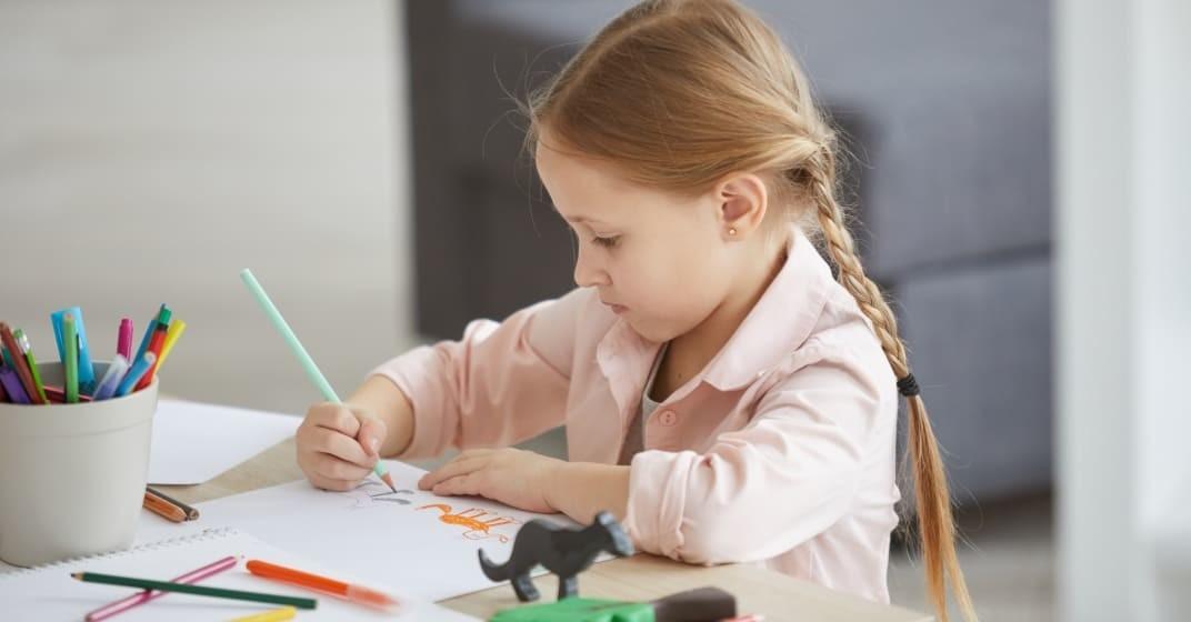 Dítě kreslí zvířata