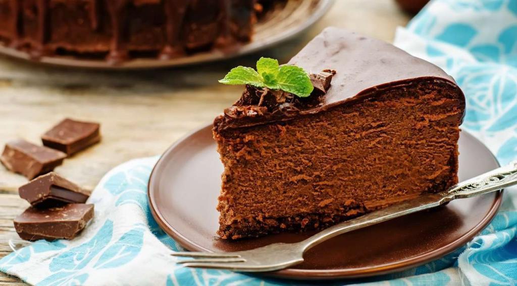 naservírovaný čokoládový cheesecake