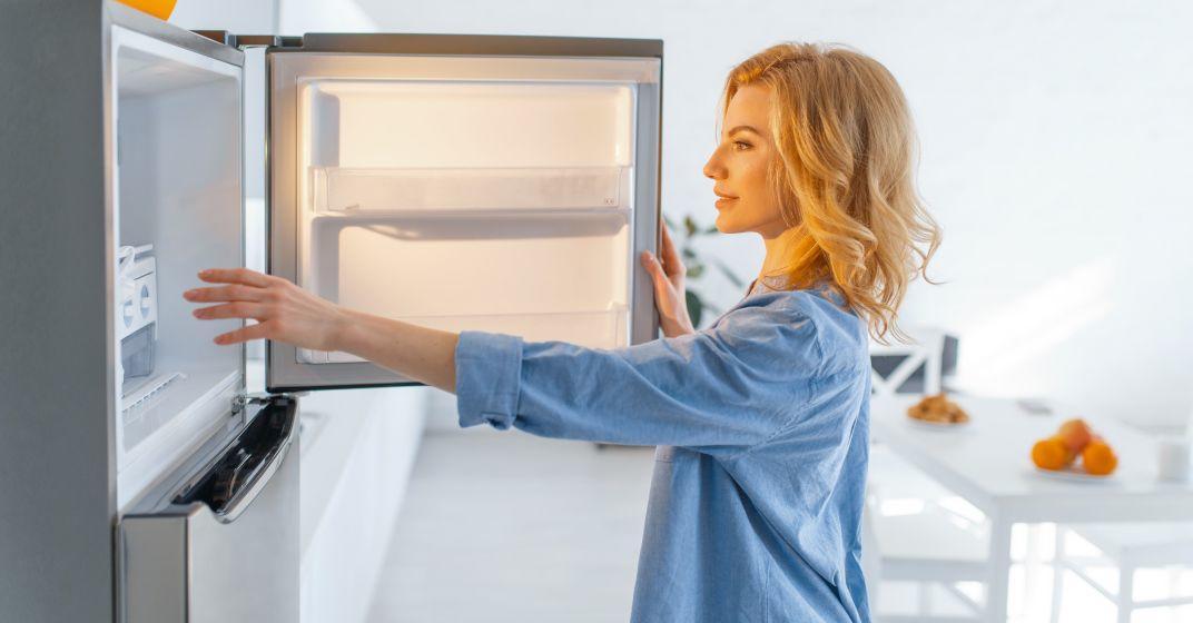Žena se chystá na odmrazování mrazáku