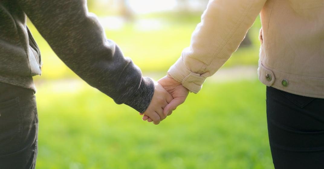 zamilovaný pár se drží za ruce