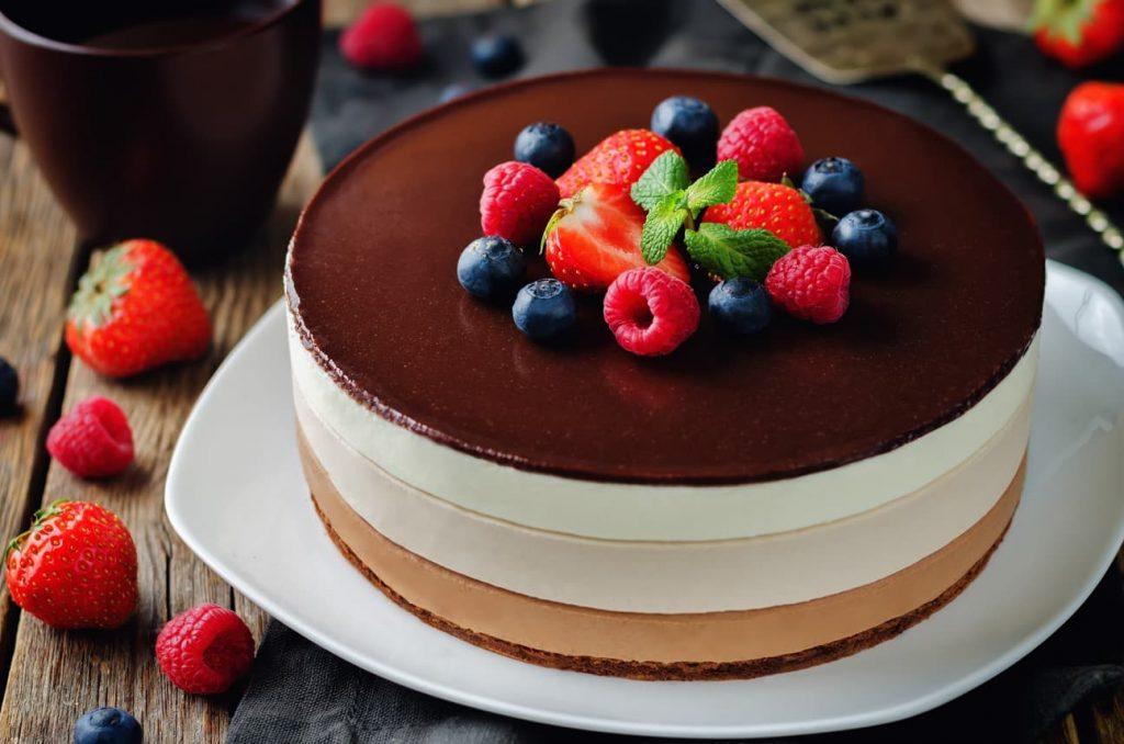 nazdobený dort čokoládou a ovocem