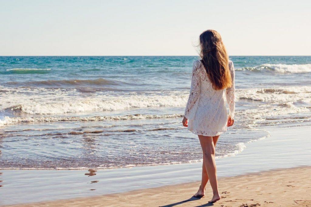 Bílé šaty na pláž