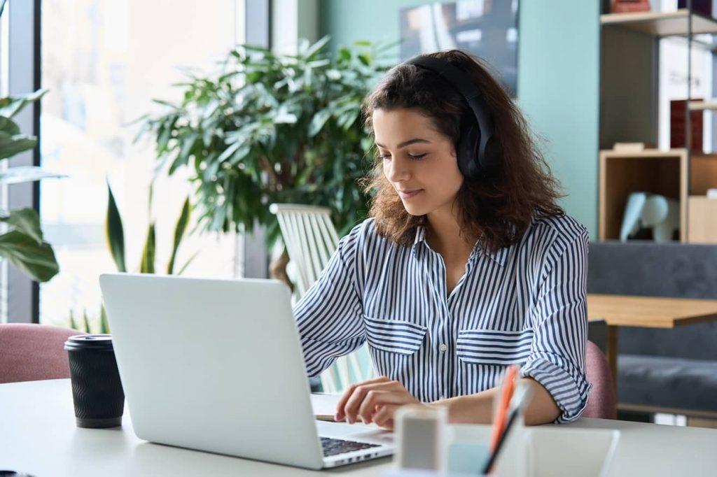 Žena se učí online němčinu