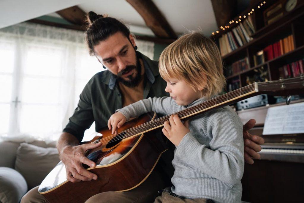 dítě a kytara